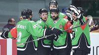 Hokejisté Mladé Boleslavi se radují z gólu do sítě Minsku.