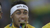 Neymar se zlatou medailí po vítězství v olympijském finále.