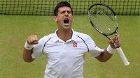 Novak Djokovič se raduje z třetího wimbledonského triumfu.
