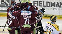 Hokejisté Sparty se radují z gólu proti Litvínovu.