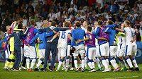 Slovenští fotbalisté slaví výhru nad Ruskem.