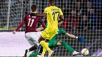 Cédric Bakambu z Villarrealu střílí gól do sparťanské sítě.