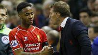 Liverpoolský Raheem Sterling si podává ruku s koučem Brendanem Rodgersem.