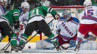 Švédský gólman New York Rangers Henrik Lundqvist (30) odolává útoku Dallasu.