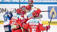 Hokejisté Sparty Praha oslavují svůj první gól proti Brnu.