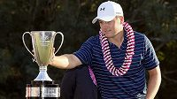 Americký golfista Jordan Spieth s trofejí pro vítěze Turnaje šampiónů.