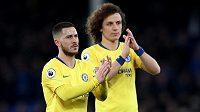 Fotbalisté Chelsea Eden Hazard a David Luiz děkují fanouškům za podporu.