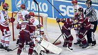 Jaroslav Hlinka (17) ze Sparty oslavuje vítězný gól ve čtvrtém semifinále s Třincem, objímá ho Jan Buchtele.