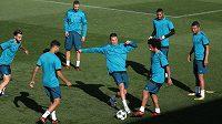 Trénink fotbalistů Realu Madrid, Marcelo třetí zprava.