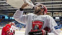 Hokejisté Hradce Králové vyjeli na led - útočník Brian Ihnacak se občerstvuje.