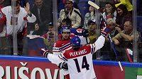 Čeští útočníci Roman Červenka a Tomáš Plekanec se radují z gólu proti Rusku v zápase MS.