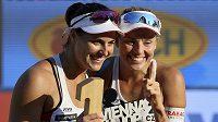 Jsme první! Barbora Hermannová s Markétou Nausch Slukovou pózují s trofejí pro vítězky majoru Světového poháru ve Vídni.