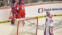 Hráči Ruska se radují z gólu, vpravo je český brankář Petr Mrázek.