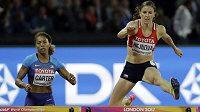 Zuzana Hejnová na trati semifinálového běhu. Vlevo její americká soupeřka Kori Carterová.