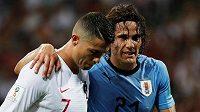 Opři se o mě, kamaráde... Portugalec Cristiano Ronaldo odvádí ze hřiště zraněného Uruguayce Edinsona Cavaniho.