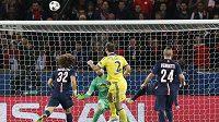 Obránce Branislav Ivanovič (č. 2) střílí na hřišti PSG vedoucí gól Chelsea v úvodním osmifinálovém zápase Ligy mistrů.
