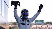 Valtteri Bottas slaví triumf ve Velké ceně Japonska.