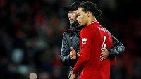 Fotbalový Liverpool sní o zisku mistrovského titulu. Po domácí remíze s Leicesterem ale byla nálada na Anfieldu hodně chladná. Stopera Virgila van Dijka utěšuje manažer Jürgen Klopp.