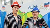 Šéf české mise Martin Doktor (vpravo) během přebírání a zkoušení kolekce pro olympiádu v Riu, vlevo pětibojař Jan Kuf.