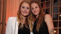 Karolína Plíšková (vpravo) a Francouzka Kristina Mladenovicová rozehrají v sobotu finálovou bitvu ve Fed Cupu.