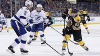 Bostonský útočník Brad Marchand střílí na branku Tampy v utkání NHL. Zápas nedohrál, když na konci první třetiny předvedl ošklivý faul.