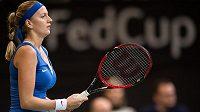 Petra Kvitová ve zápase Fed Cupu s Ruskou Marií Šarapovovou.