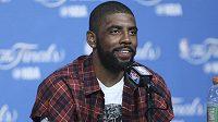 Basketbalista Clevelandu Kyrie Irving na tiskové konferenci.