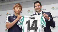 Japonec Takaši Inui (vlevo) s generálním manažerem Betisu Ramonem Alarconem na španělském velvyslanectví v Tokiu pózuje s dresem svého nového klubu.