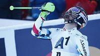 Rakušan Marcel Hirscher se raduje z výhry ve slalomu v Kitzbühelu.