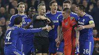 Nizozemský sudí Björn Kuipers se v obklíčení hráčů Chelsea a Marca Verrattiho z PSG chystá vyloučit Zlatana Ibrahimovice (není na snímku).