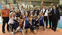 Volejbalistky Olomouce s pohárovou trofejí.