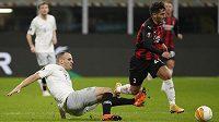 Sparťan David Lischka (vlevo) se snaží zastavit Brahima Diaze z AC Milán.