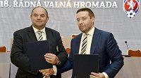 Předseda FAČR Miroslav Pelta (vlevo) a místopředseda Dušan Svoboda podepsali na valné hromadě smlouvu o osamostatnění profesionálních soutěží.