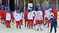 Trenér české hokejové reprezentace Filip Pešán udílí pokyny hráčům na rozbruslení před zápasem proti Švýcarsku.