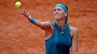 Česká tenistka Petra Kvitová servíruje proti Anett Kontaveitové ve 3. kole Roland Garros.