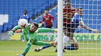 Brankář Brightonu Mathew Ryan sleduje míč, který po akci fotbalistů Manchesteru United míří vedle tyče.