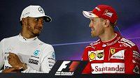 Lewis Hamilton (vlevo) a Sebastian Vettel.