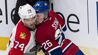 Útočník Montrealu Jiří Sekáč (vpravo) v souboji s Shanem O'Brienem z Floridy. during the second period of an NHL hockey game Thursday, Feb. 19, 2015, in Montreal. (AP Photo/The Canadian Press, Paul Chiasson)