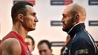 Boxeři Tyson Fury (vpravo) a Vladimir Kličko po oficiálním vážení, jež předcházelo dnešní dlouho očekávané bitvě o titul mistra světa těžké váhy.