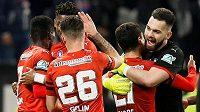 Radost fotbalistů Rennes z postupu do finále pohárové soutěže. Na snímku se z postupu do finále proti PSG užívá i český brankář Tomáš Koubek.