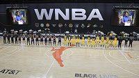 Basketbalistky Phoenixu (vlevo) a Los Angeles uctily památku Breonny Taylorové minutou ticha.
