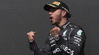 Jezdec Mercedesu Lewis Hamilton z Velké Británie slavil doma vítězství. Omlouvat za kolizi se nehodlá.