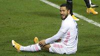 Eden Hazard z Realu Madrid sedí na trávníku během semifinále španělského Superpoháru proti Bilbau.