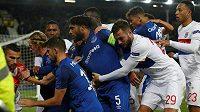 Evropská fotbalová unie (UEFA) zahájila disciplinární řízení s Evertonem poté, co se jeden z jeho fanoušků pokusil ve čtvrtečním utkání Evropské ligy během hromadné bitky uhodit brankáře hostujícího Lyonu.