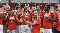 Hráči Slavie se radují ze zisku Československého Superpoháru. Podle expertů se mohou těšit i na další trofej pro mistra.