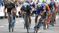 Kolumbijec Fernando Gaviria (vepředu vpravo) finišuje pro vítězství ve 4. etapě Kolem Británie.