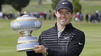 Golfista Rory McIlroy s trofejí pro vítěze v San Franciscu.