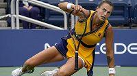 Běloruská tenistka Aryna Sabalenková se při US Open zvedá po pádu na kluzkém kurtu.