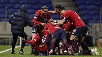 Fotbalisté Lyonu se radují z branky. Archivní foto