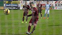 Václav Kadlec proměňuje nařízenou penaltu během utkání v Mladé Boleslavi.